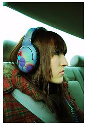 femme casque multicolore